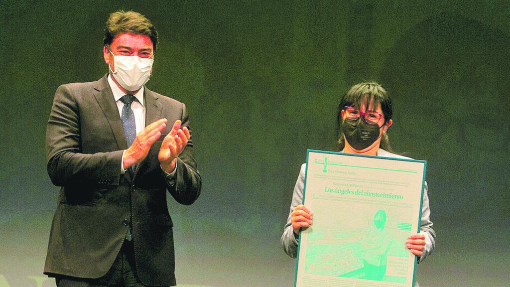El alcalde de Alicante, Luis Barcala, felicita a Vanessa Cárdenas por el reconocimiento al comercio esencial en la pandemia.